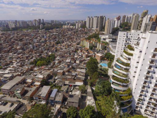Contraste entre la favela de Paraisópolis (ville du paradis) et le quartier chic de Morumbi à São Paulo, Brésil