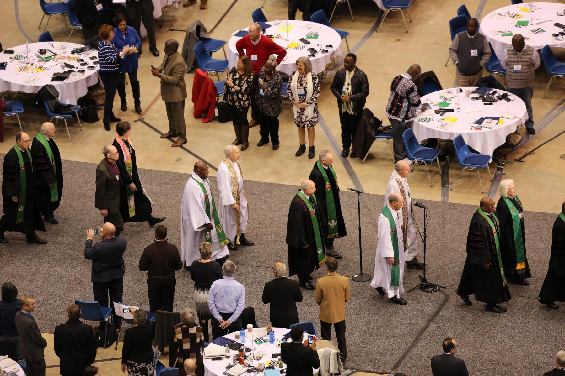 Les évêques méthodistes unis participent au service de culte d'ouverture du 24 février pour la Conférence générale méthodiste unie 2019 à Saint-Louis (Missouri)