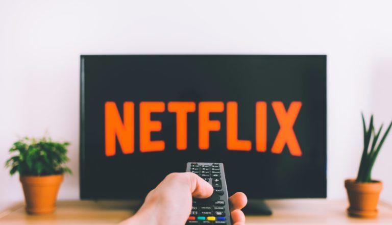 Le logo Netflix affiché sur une télévision