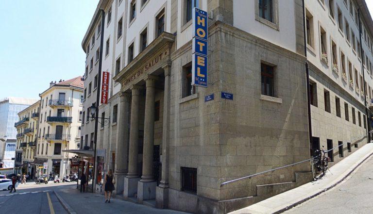 """L'hôtel Bel'Espérance à Genève vu de l'extérieur. Sur la façade en pierres, les inscriptions """"Armée du Salut"""" et """"hôtel"""""""