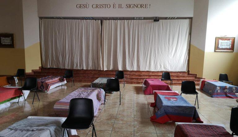 Dans l'église vide, les chaises ont laissé la place à des lits pour héberger les sans-abris