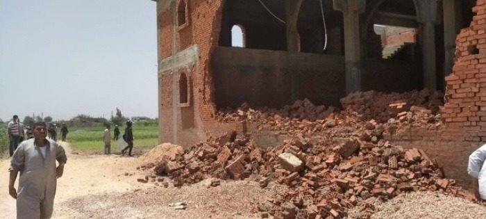 L'église orthodoxe copte de Koum Al Farag, près d'Alexandrie en cours de destruction. On aperçoit un trou béant dans le mur de briques