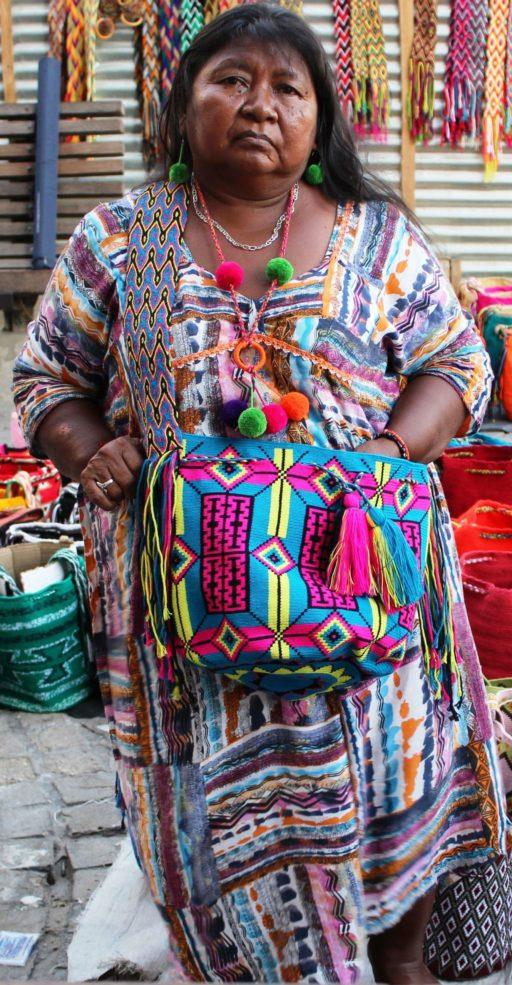 Une femme amérindienne de Colombie portant des habits colorés