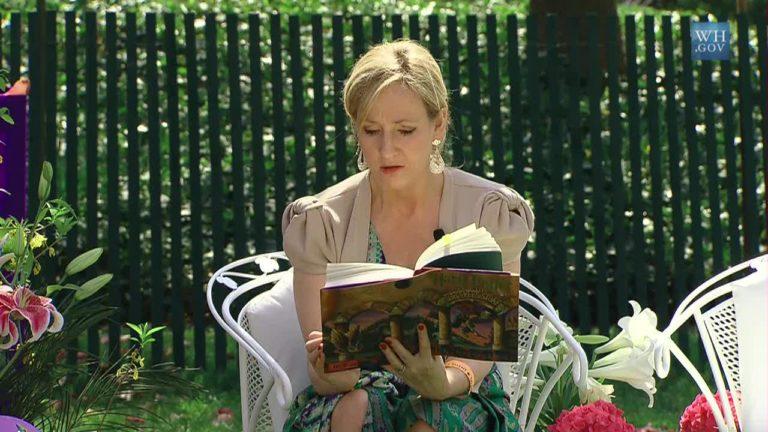 J.K. Rowling dans le jardin de la Maison Blanche en train de lire, en 2010.