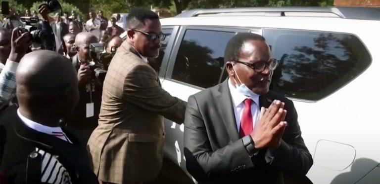 Lazarus Chakwera, nouveau président du Malawi, salue la foule, mains jointes