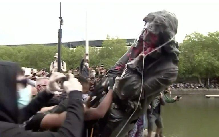 La statue d'Edward Colston déboulonnée par des manifestants à Bristol