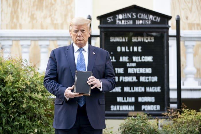 Le président des États-Unis Donald Trump brandissant une Bible devant l'église épiscopalienne St. John, de Washington, le 1er juin 2020