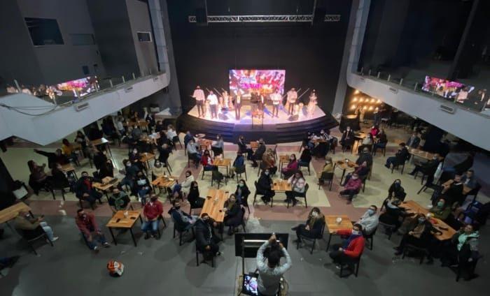 L'Eglise transformé provisoirement en café-théâtre avec des tables espacées
