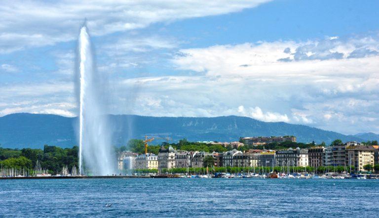 Vue sur la ville de Genève avec le jet d'eau, depuis le lac