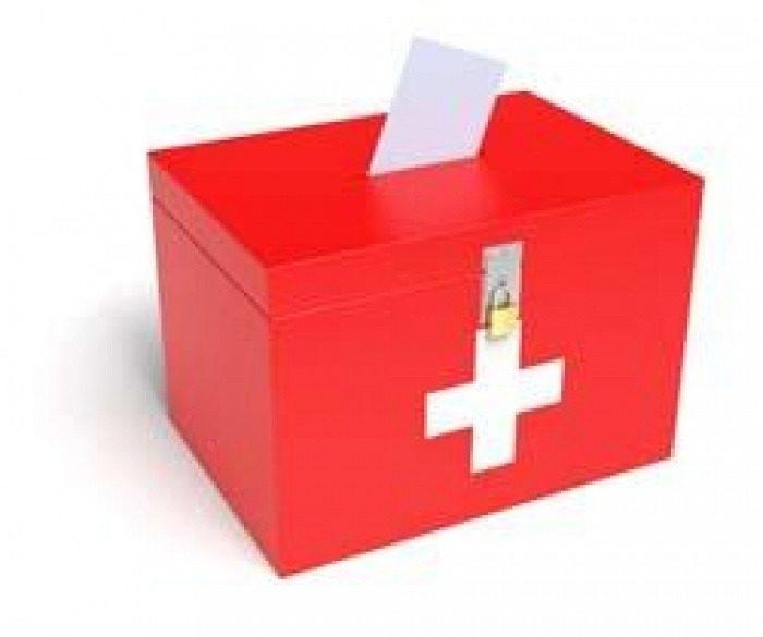 Une urne pour une votation aux couleurs du drapeau suisse