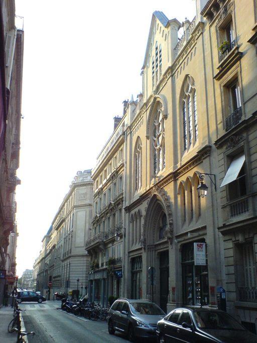 Une rue et le bâtiment de l'Eglise évangélique baptiste à Paris