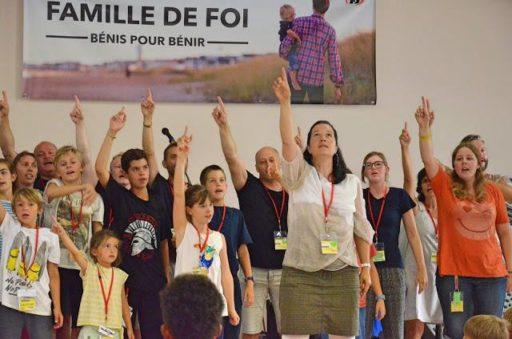 Photo des Fabricants de Joie lors d'un camps en France en 2017. La photo montre des enfants et une monitrice présentant un chant