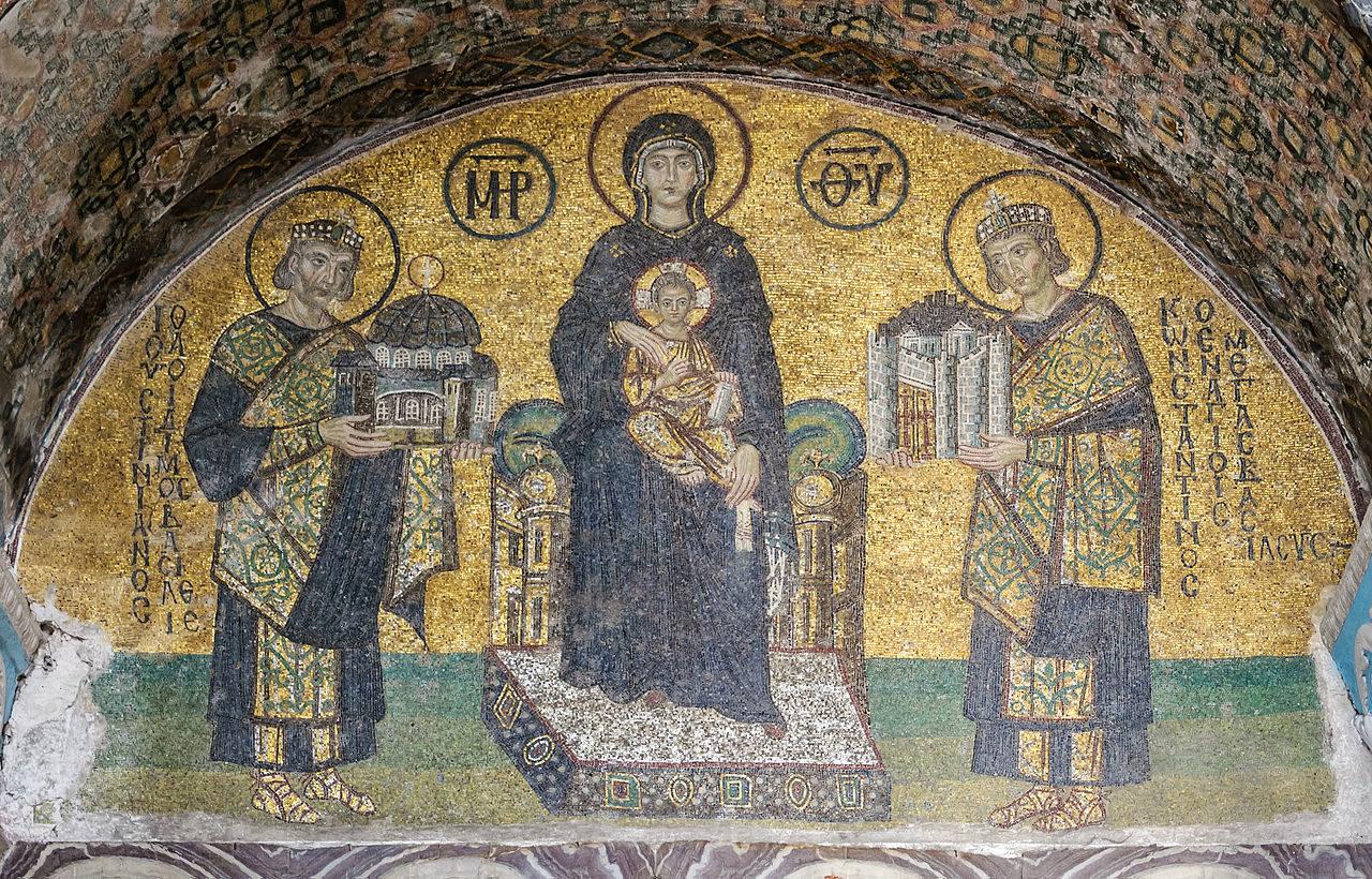 Mosaïque de l'entrée sud-ouest de l'ancienne basilique Sainte-Sophie de Constantinople (Istanbul, Turquie). Au milieu, Marie tenant l'Enfant Jésus sur ses genoux. À sa droite, l'empereur Justinien, offrant un modèle de Sainte-Sophie. Sur sa gauche, l'empereur Constantin 1er, présentant un modèle de la ville