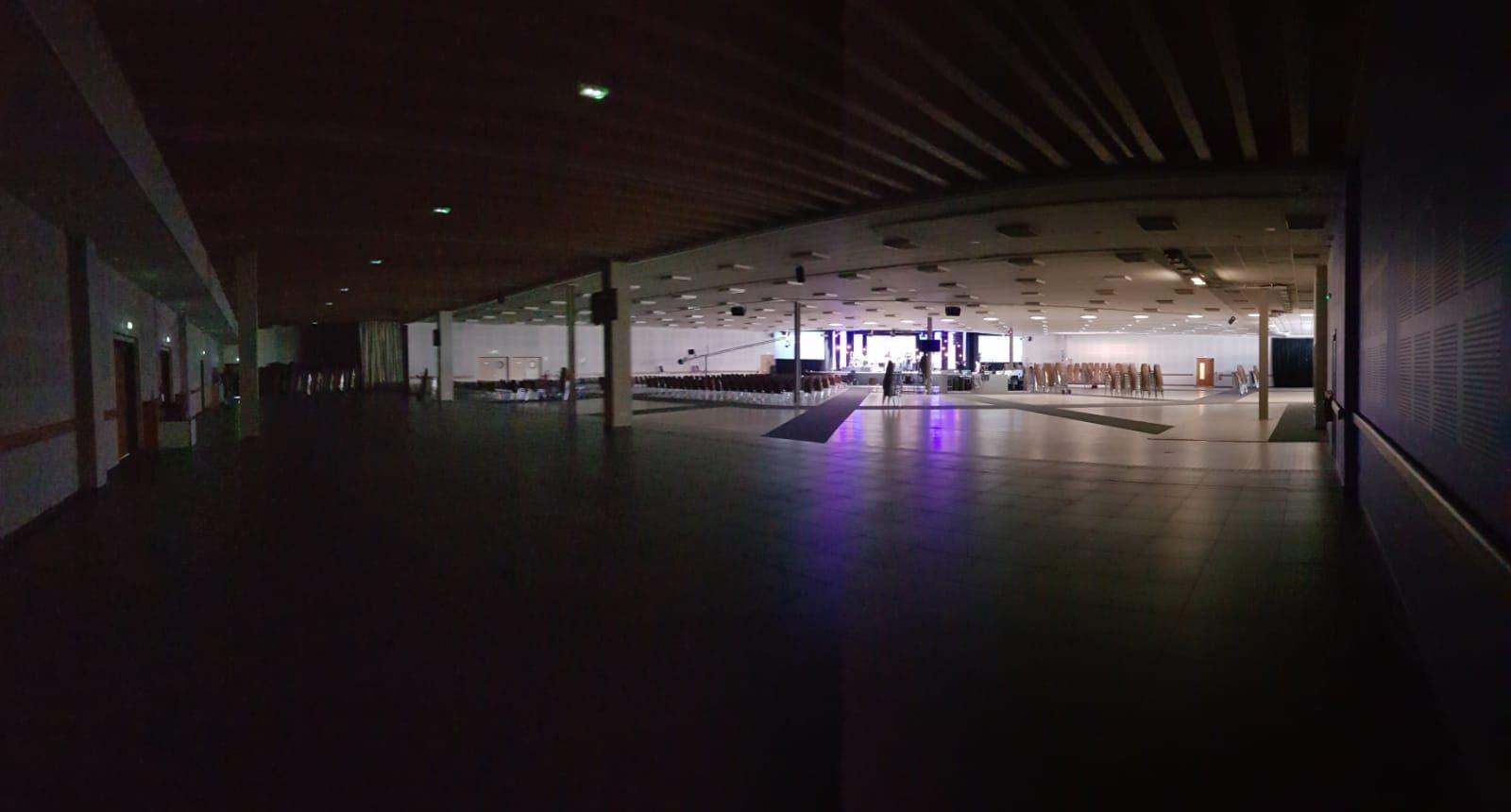 Photo de salle de rencontre de l'Eglise La Porte Ouverte à Mulhouse lors de l'annonce par cette dernière de la reprise des culters. On y voit la salle vide, dans la pénombre, après 4 mois de fermeture et de deuil.