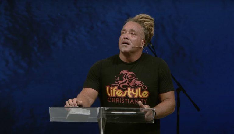 Le pasteur Todd White, en larme à la chaire