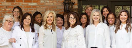 Beth Moore (au centre) et l'équipe de Living Proof Ministries