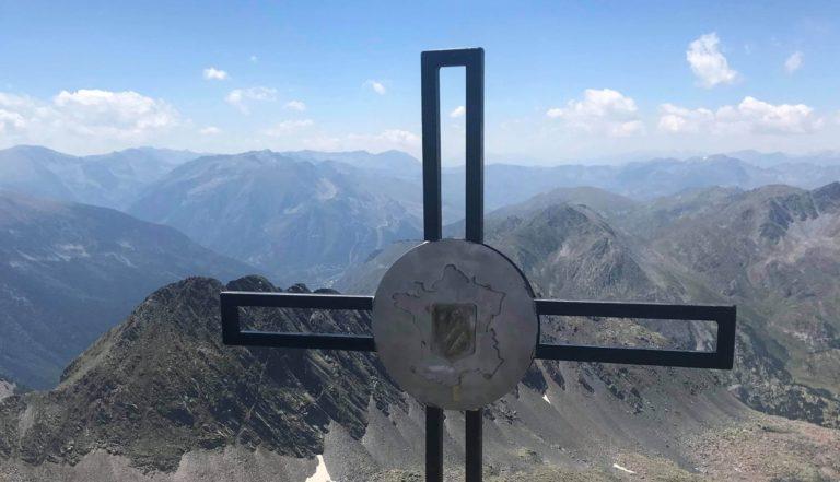 La nouvelle croix domine le Pic Carlit
