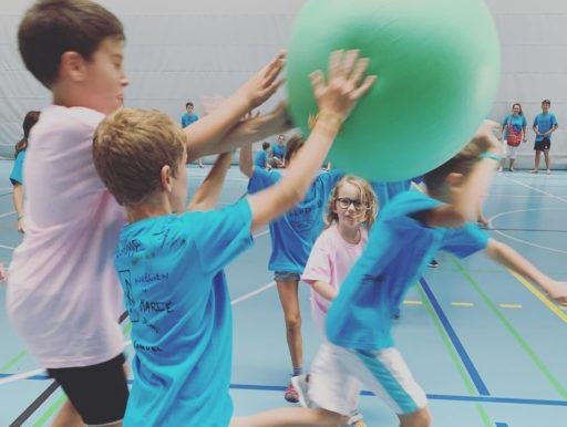Les enfants participent à une partie de Kinball.
