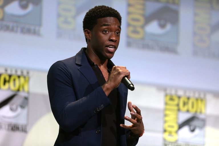 "Chadwick Boseman s'exprimant au San Diego Comic Con International 2016, pour ""Black Panther""."