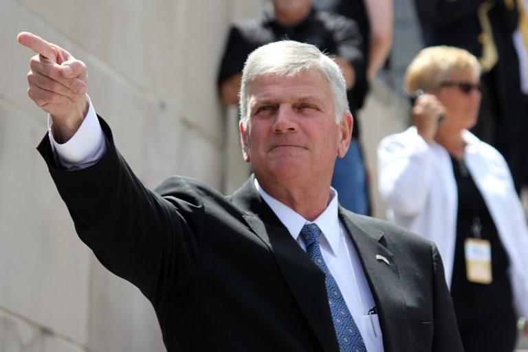 Franklin Graham en 2016, pointant du doigtdans une direction