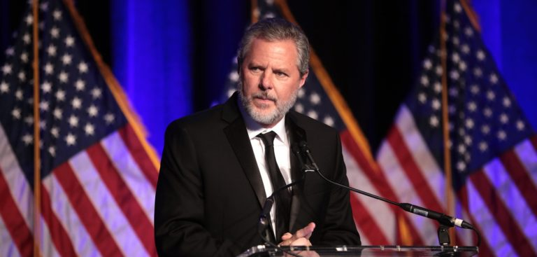 Jerry Falwell Jr. s'adressant aux participants au 2e Gala d'hiver Turning Point au Mar-A-Lago Club à Palm Beach, en Floride. Décembre 2019.