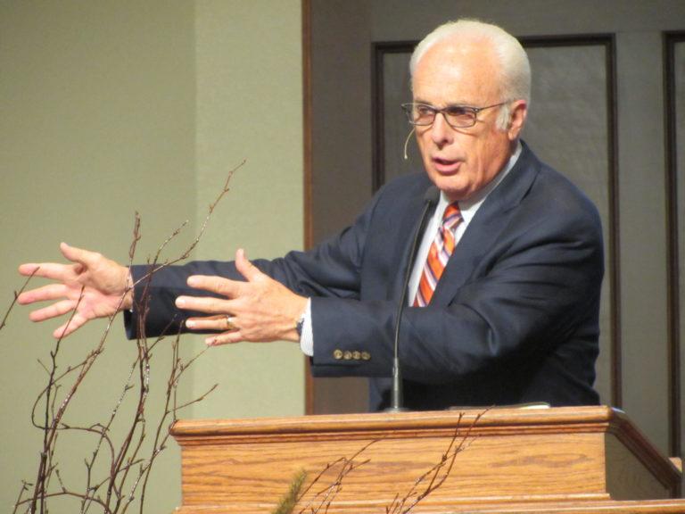 Le pasteur John MacArthur prêchant