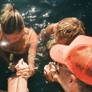 Justin Bieber et Hailey Baldwin sont dans l'eau d'un lac, prêts à se faire baptiser