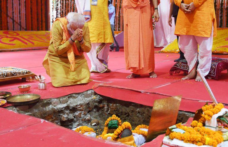 Le Premier ministre indien Narendra Modi à genoux en train de prier lors de la pose de première pierre du temple hindou d'Ayodhya
