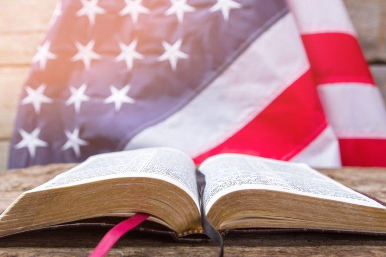 Une Bible ouverte devant un drapeau des Etats-Unis