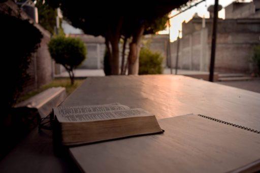 Bible ouverte dehors sur un banc