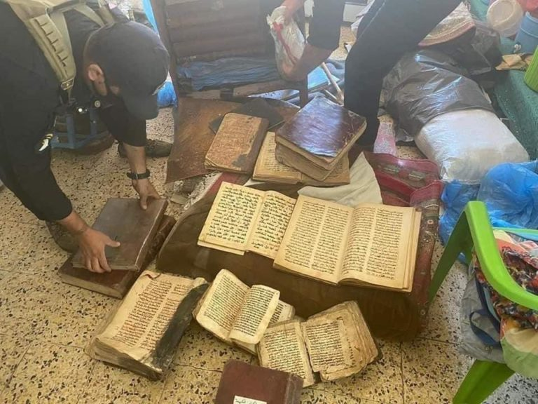 32 manuscrits bibliques syriaques ont été retrouvés dans la vieille ville de Mossoul par les forces de sécurité irakiennes le 22 septembre au soir