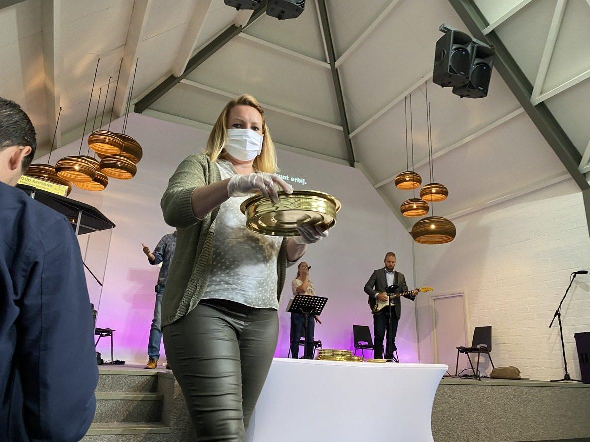 Rassemblement dans une Eglise évangélique avec port du masque et gestes barrière