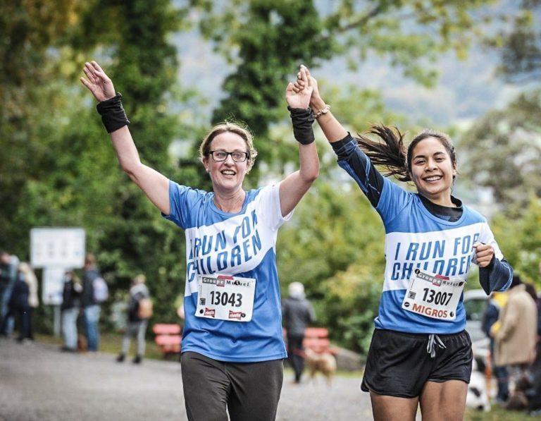 deux femmes courent pour l'ONG Compassion