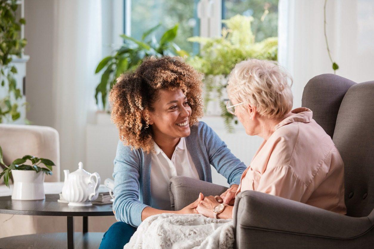 Une jeune femme vient en aide à une personne âgée