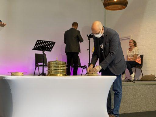 Schinnen, Pays-Bas, - 30 août 2020. Des fidèles se réunissent pour un culte dans l'Eglise pentecôtiste locale. Ils portent des masques et respectent la distanciation physique.
