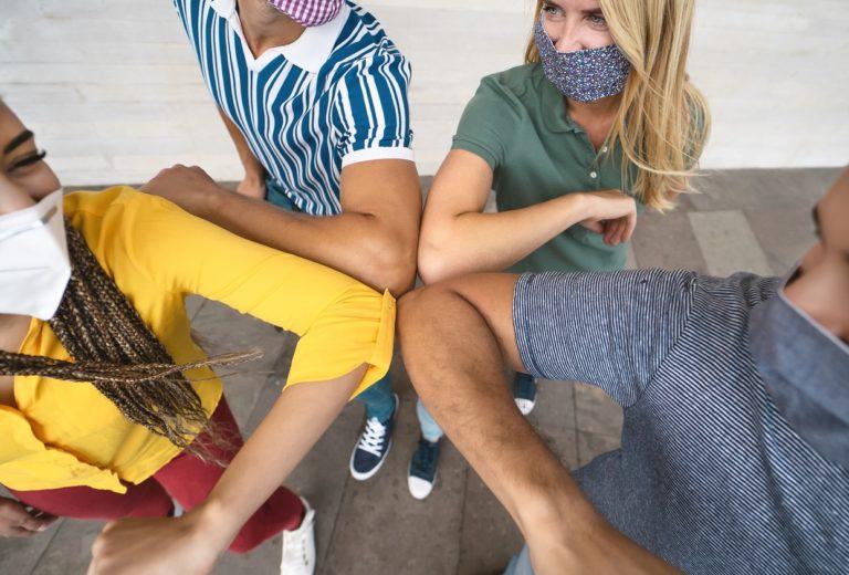 Rencontre de jeunes masqués
