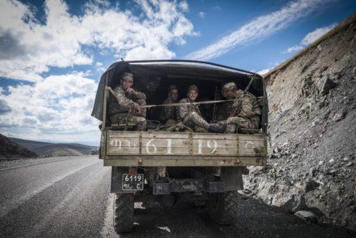 Col de Sotk, Arménie - 25 septembre 2016: Un camion transportant des soldats arméniens, du Haut-Karabakh vers l'Arménie