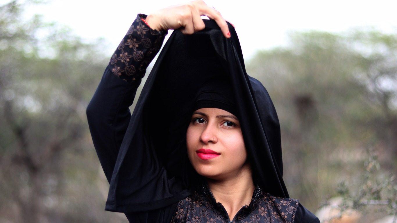 Photo d'illustration : Adolescente pakistanaise qui soulève son voile