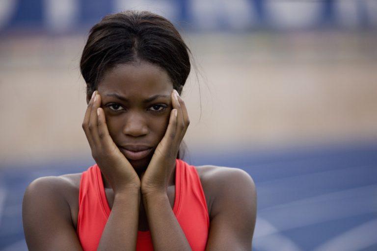Une athlète concentrée avant sa course