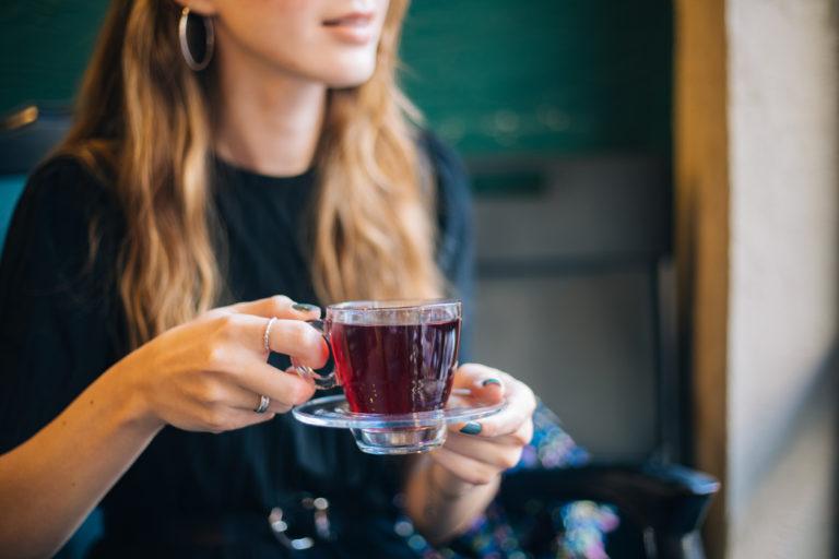 Une femme prenant un thé - Photo pour illustrer le Dry January