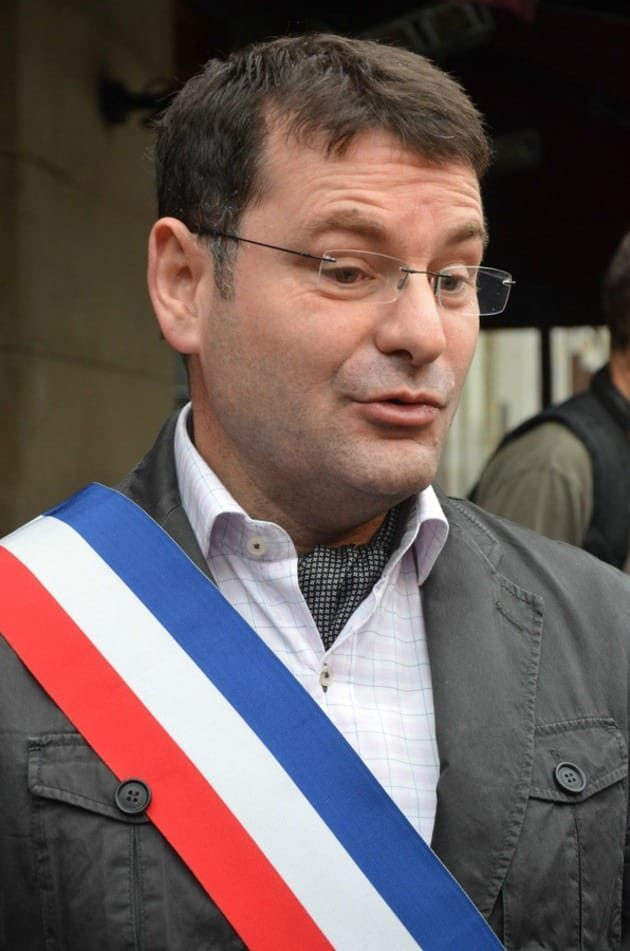 Franck Meyer avec l'écharpe tricolore de maire