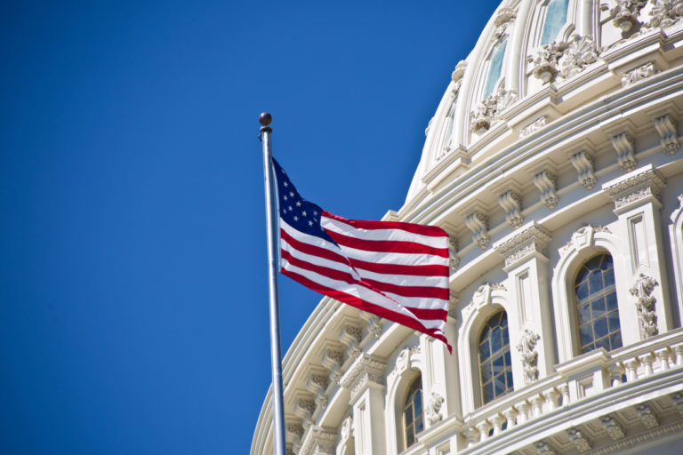 Drapeau national des États-Unis devant le Capitole des États-Unis à Washington DC