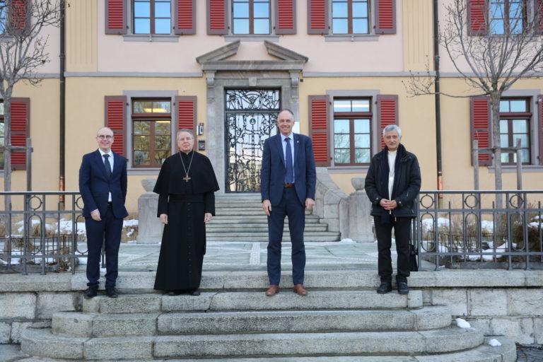 De gauche à droite : Gilles Cavin (président du Conseil synodal), Mgr Jean Scarcella (Abbé de St-Maurice), Christophe Darbellay (chef du Département de l'économie et de la formation), Mgr Jean-Marie Lovey (évêque du diocèse de Sion).