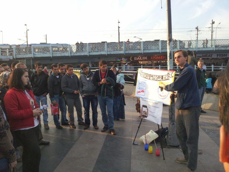 Le missionnaire David Byle en train d'annoncer l'Evangile dans les rues d'Istanbul