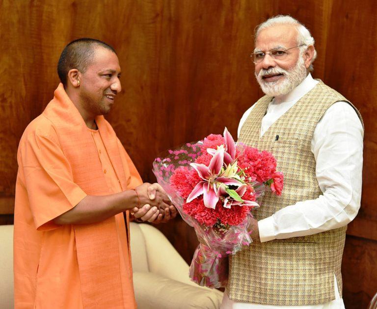 Le Ministre en chef de l'Uttar Pradesh, Yogi Adityanath, interpelle le Premier ministre Narendra Modi à New Delhi le 21 mars 2017.