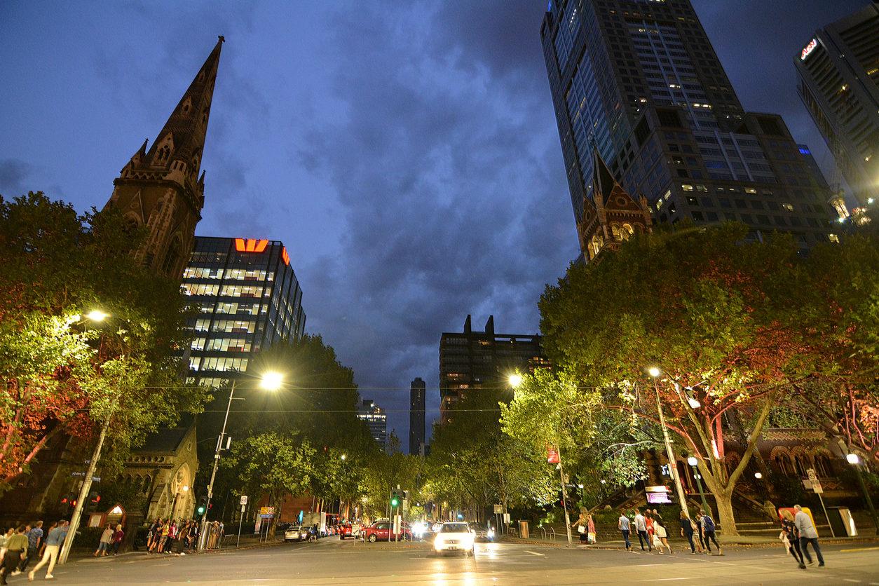 iStock - Image d'illustration - Russell Street à la jonction avec Collins Street et l'église écossaise, une église presbytérienne à Melbourne, Victoria.