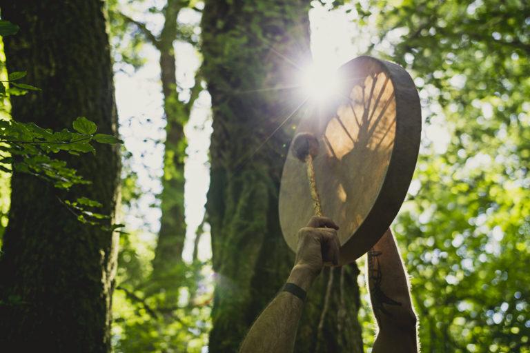 Tambour chamanique en forêt