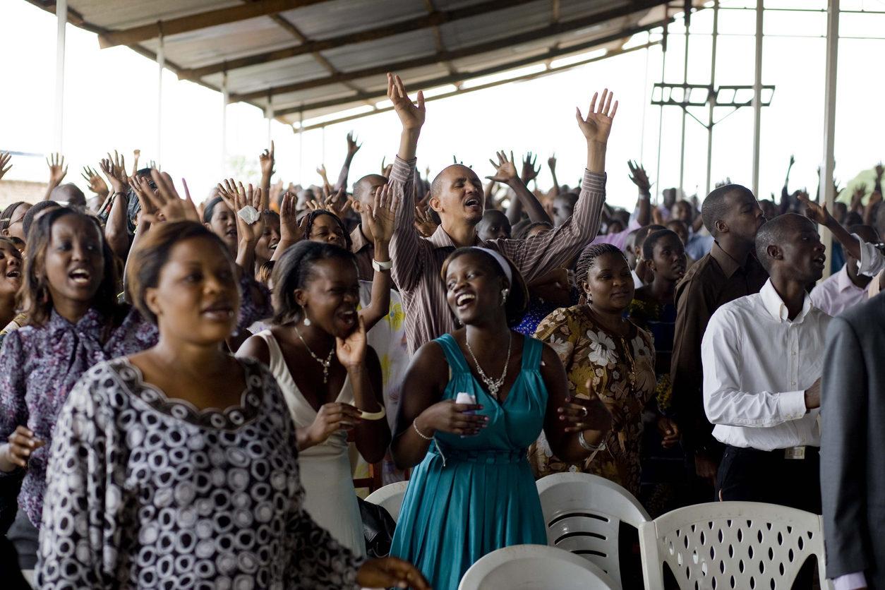Des fidèles en train de célébrer un culte dans une église de Bujumbura au Burundi
