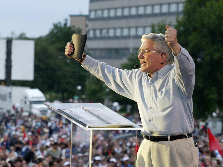 Luis Palau en train de prêcher à une foule en 2004