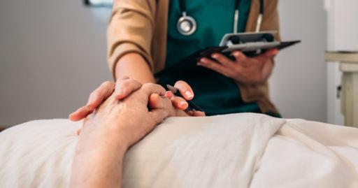 Une jeune femme médecin rassurant un patient âgé